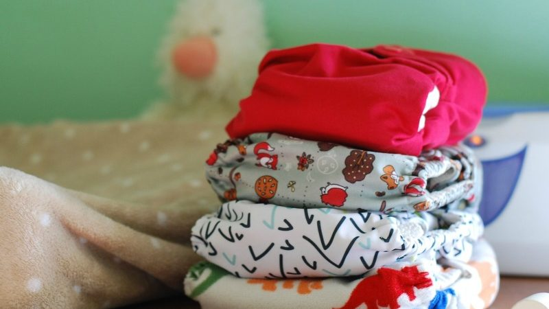 Are you aware of the benefits of cloth diapering? Do you know how to do it? Learn all you need about cloth diapers: types, benefits and tips.